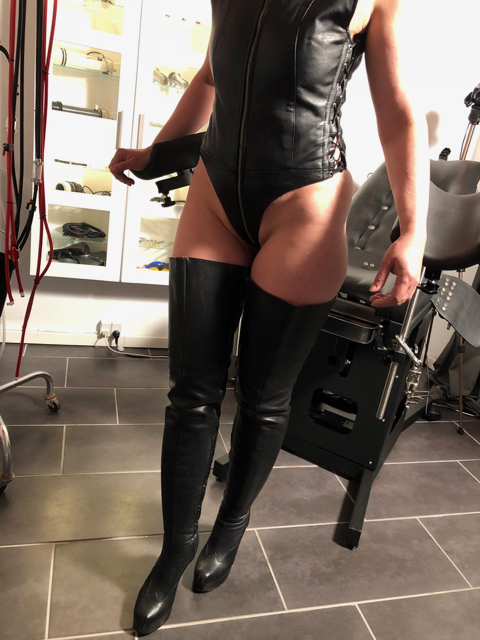 Playing in Leather body_1