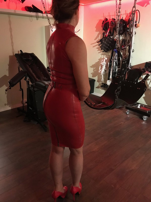 Madame i rød latex